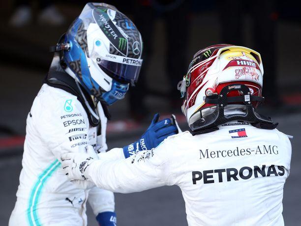 Lewis Hamilton onnitteli Valtteri Bottasta voitosta, mutta Mercedes-kaksikon sanailu ei ollut yhtä vapautunutta kuin niin monta kertaa aikaisemmin.