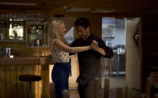 Yksinäiset Cheng (Chu Pak Hong) ja Sirkka (Anna-Maija Tuokko) löytävät lohtua toisistaan.