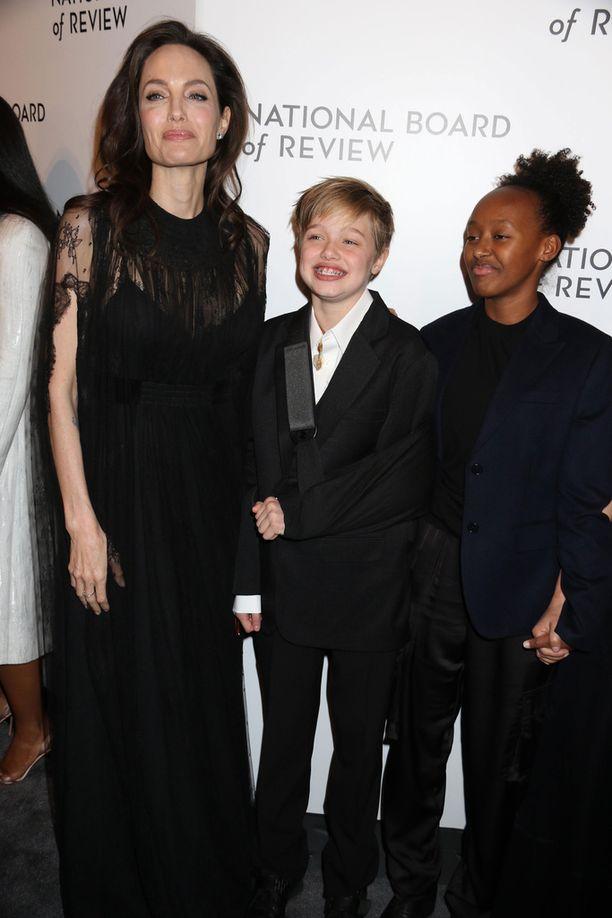 Angelina ja tyttäret näyttivät olevan iloisella tuulella.