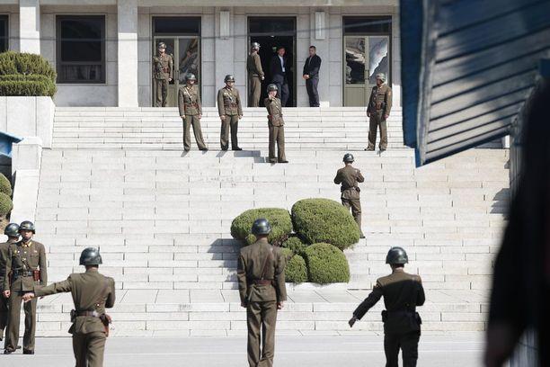 Pohjoiskorealaisia sotilaita Panmunjomissa lokakuun lopulla Etelä-Korean puolelta kuvattuna.