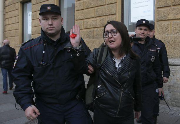 Pietarissa paikallisen seksuaali- ja sukupuolivähemmistöjen oikeuksia ajavan ryhmän jäseniä pidätettiin, kun he kampanjoivat syrjintää vastaan Pietarissa 17. huhtikuuta 2019. Nyt Elena Grigorieva on murhattu.