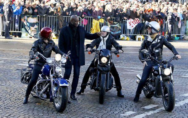 Hautajaisissa nähtiin runsaasti moottoripyöriä.