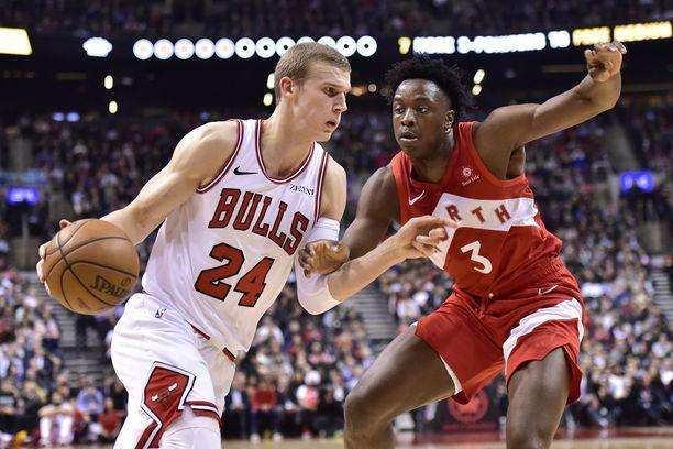 Lauri Markkanen (vas.) aloittaa kolmannen kautensa NBA:ssa. OG Anunobyn (oik.) Toronto Raptors on hallitseva mestari.