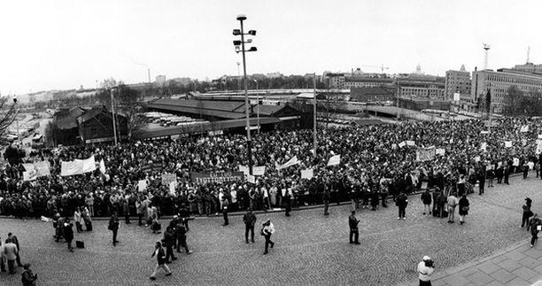 LAMAN POHJALLA. Työttömien suurmielenosoituksessa 1993 purettiin laman uhrien pettymystä, hätää ja katkeruutta.