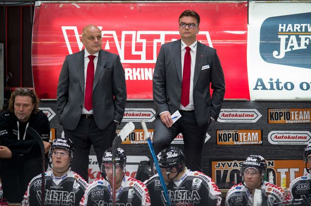 Valmentajat Ari Santanen (vas.) ja Pekka Tirkkonen ovat kovassa paikassa.