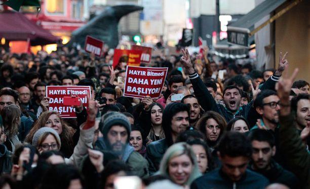 Turkissa on osoitettu mieltä äänestyksen jälkeen.