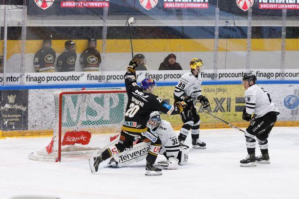 Illan tehopelaaja Aleksi Heponiemi (1+2) juhlii Kärppien 2-0-osumaa TPS-vahti Rasmus Tirrosen nenän edessä.