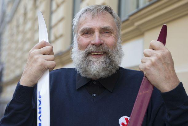 Juha Mieto kertoo Ruotuväen haastattelussa löytäneensä sotaharjoituksessa joukkueenjohtajansa repusta viinapullon, josta otettiin yhdessä huikat.