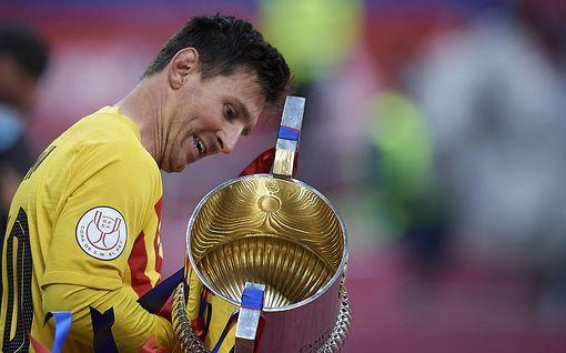 Lionel Messi häkellytti Espanjan Cupin finaalissa – joukkuetovereiden temppu voitonjuhlissa puhuttaa