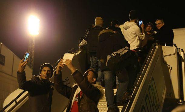 Poliisi julkaisi viime vuonna kuvan palautuslennolle lähtevistä turvapaikanhakijoista.