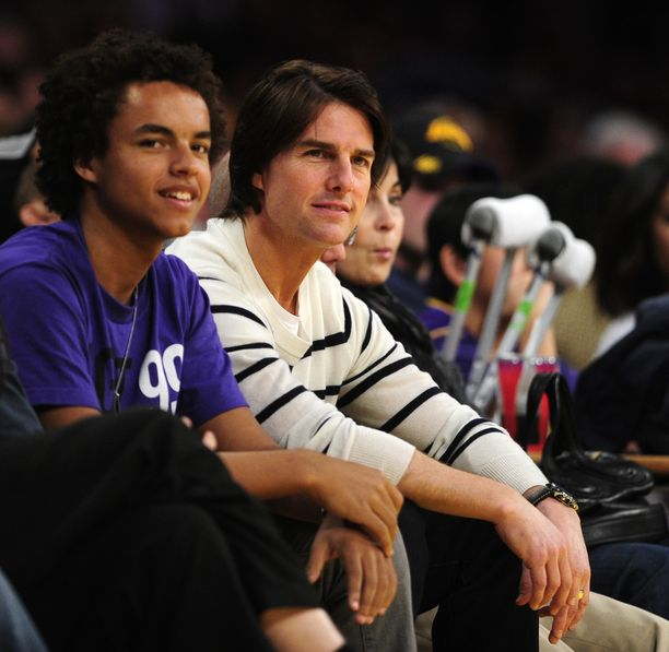 Tom Cruise ja adoptiopoika Connor ikuistettuna koripallomatsissa vuonna 2011.