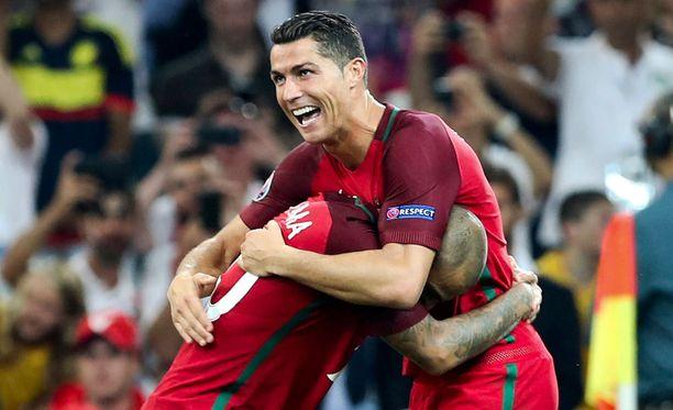 Cristiano Ronaldo halasi ratkaisevan pilkun pussittanutta Ricardo Quaresmaa.