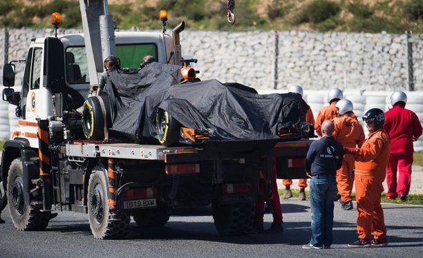 McLarenin MCL32 on tuttu näky kuorma-auton lavetilla.
