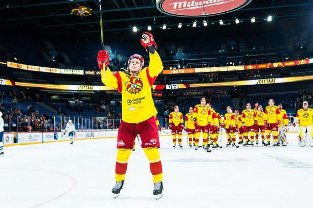 Mikko Lehtonen huudatti Jokerien kannattajia ratkaistuaan joukkueelleen voiton voittolaukauskisassa.