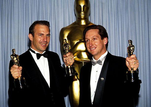 Costner pokkasi kaksi Oscaria ohjaamastaan elokuvasta Tanssii susien kanssa vuonna 1991.
