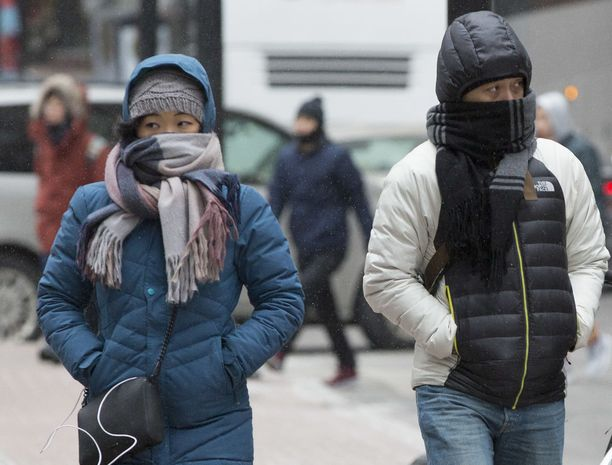 epa06410743 Pedestrians bundle up to protect from the extreme cold in Boston, Massachusetts, USA 30 December 2017. Temperatures reached a low of 7F (-13.9C) in Boston and a high of 17F (-8.3C). EPA-EFE/CJ GUNTHER