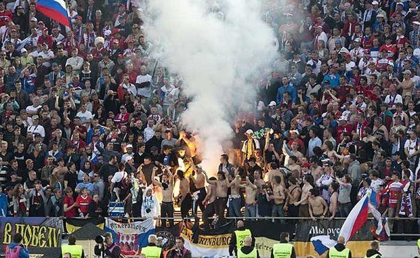 Venäläiskannattajat muun muassa räjäyttelivät paukku- ja savupommeja ottelun aikana.