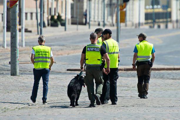 Helsingissä on ollut maanantaina lukuisia poliiseja ja muita turvallisuusviranomaisia kaduilla.