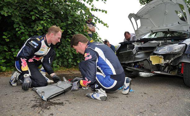 Jari-Matti Latvala joutui korjauspuuhiin Puolan MM-rallissa.
