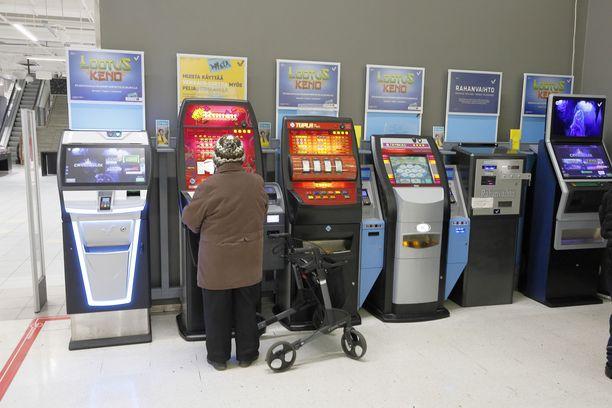 Seniorikansalainen pelaamassa rahapeliä Joensuussa. Kuvituskuva.