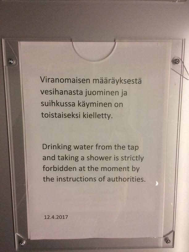Veden käyttäminen on kyltin mukaan kielletty Levin yhdessä hotellirakennuksessa.