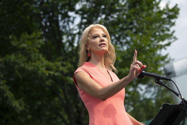 Neuvonantaja Kellyanne Conway ehti seistä Trumpin rinnalla useita vuosia.