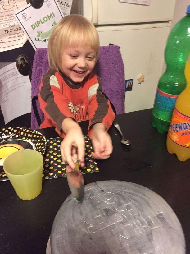 """""""Patterin vuosipäivänä"""" perhe piti kakkukestit ystävien kesken. Kuvassa kakunleikkauspuuhissa rankat sairaalareissut selättänyt Mio."""