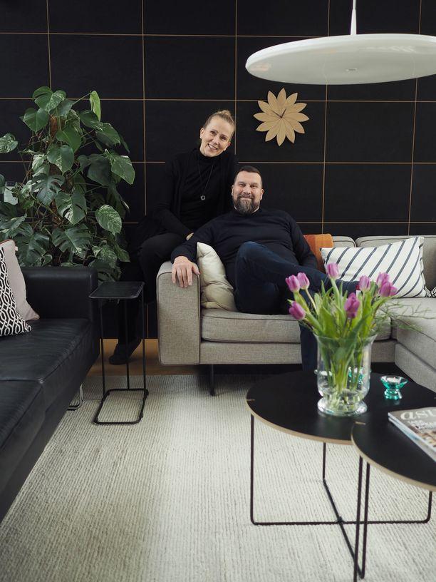 Muotoilija Tapio Anttila pyörittää suunnittelutoimistoaan ja omaa huonekalumallistoa puolisonsa Arja Anttilan kanssa.