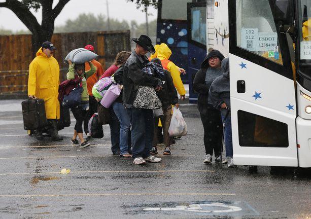 Corpus Christin asukkaita evakuoitiin busseilla.