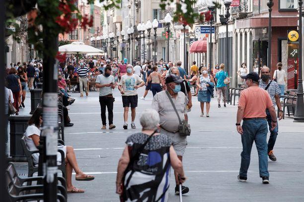 Ihmisiä kävelykadulla Las Palmasissa Gran Canarialla 14. elokuuta.