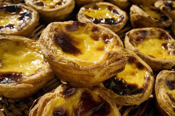 Pastel de nata -leivokset ovat melkeinpä pakollista herkkua Lissabonissa.