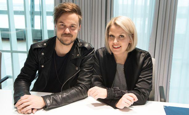 Norma Johnin Lasse Piirainen ja Leena Tirronen kiittelevät viisufaneilta saamiaan neuvoja ja vinkkejä.