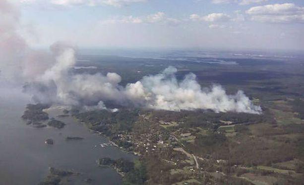 Päivystävä päällikkö Mika Kontio arvioi Pyhärannan paloalueen olevan kooltaan 50-100 hehtaaria.
