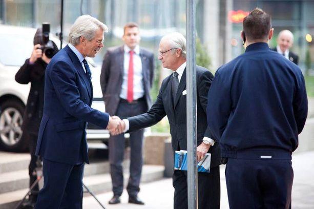 UPM:n hallituksen puheenjohtaja Björn Wahlroos isännöi Ruotsin kuningasta Kaarle Kustaata yhtiön pääkonttorilla marraskuussa.