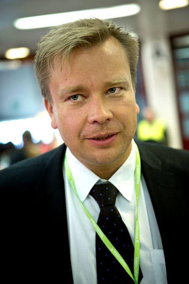 Kansanedustaja Antti Kaikkonen vaati ministeriltä vastausta, mitä hallitus tekee mopoautokolarien estämiseksi.