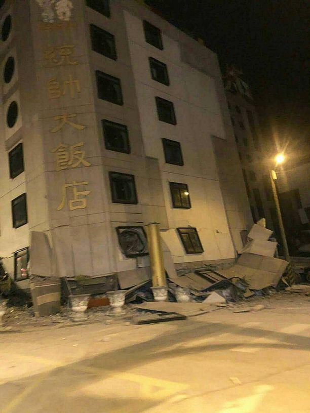 Useat rakennukset ovat kärsineet vaurioita. Kuvassa Tongshuai-hotelli Hualienissa.