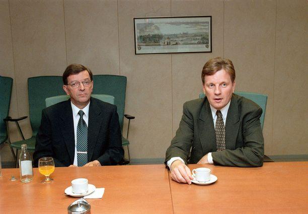 Keskustan värisuora karkotuspäätöksessä. Paavo Väyrynen, Esko Aho ja Mauri Pekkarinen joutuivat hyväksymään yhdentoista venäläisdiplomaatin karkotuksen talvella 1992. Ministereitä pelotti vastuunotto karkotuksesta, sillä kenelläkään ei ollut aiempaa kokemusta.