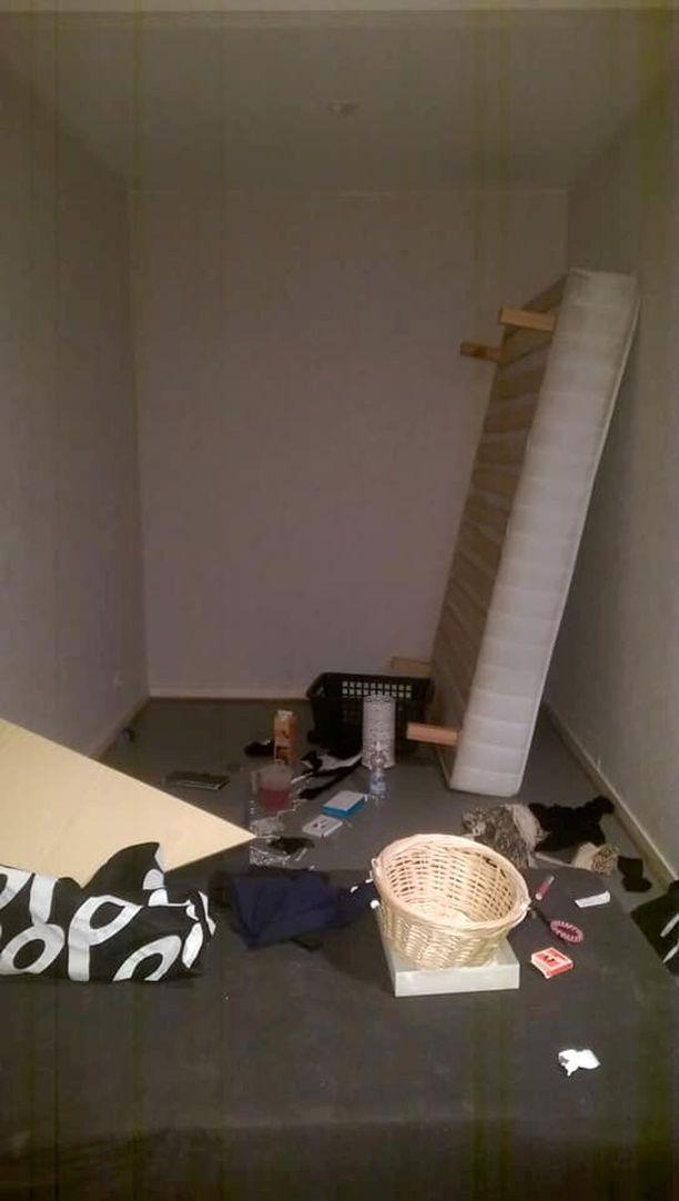 Asuntoon oli jätetty muun muassa sohva, sänky ja astioita sekä paljon roskaa.