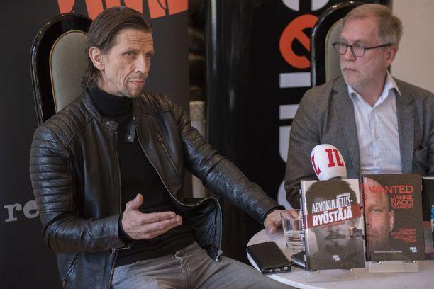Pekka Lehtinen (vas.) ja Jouni Tervo keskustelivat CrimeTimen tuoreesta teoksesta Bottalla Helsingin Töölössä.