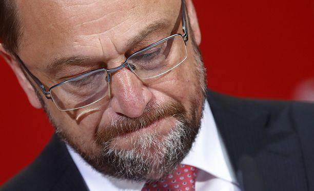 Vakavailmeinen SDP:n johtaja Martin Schulz puhumassa lehdistölle ja kannattajilleen, kun vaalitulos oli selviämässä.