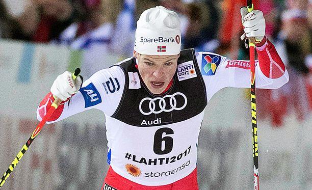 Johannes Høsflot Klæbo erottuu massasta.