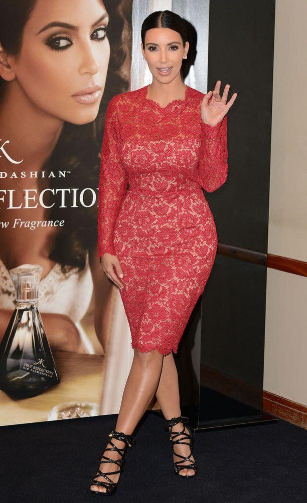 Kim edusti pitkähihaisessa Valentinon pitsimekossa parfyyminsa lanseeraustilaisuudessa vuonna 2012.