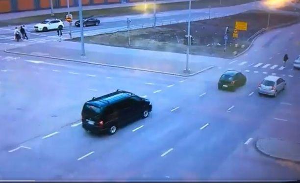 Poliisi julkaisi hätkähdyttävän videon autoilijoiden suojatiekäyttäytymisestä.