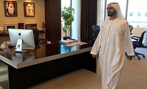 Dubain sheikkiä Muhammadia ei tervehtinyt virastossa kuin hänen oma kuvansa seinällä.