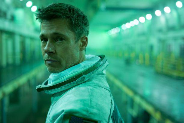– Kuin vetäisi ylleen ensin roskasäkin ja sitten kelkkailuhaalarin, Brad Pitt kuvaili elokuvan astronautin asuaan.