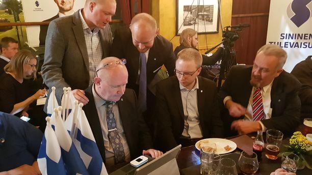 Vain hetki tämän kuvan ottamisen jälkeen Jussi Niinistö tilasi itselleen ja avustajalleen jaloviinaa.