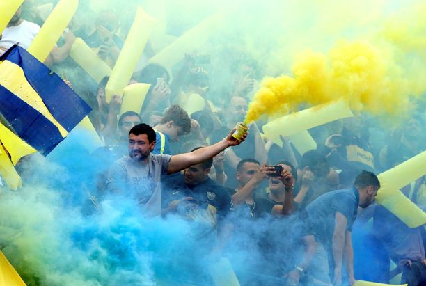 Boca Juniorsin fanit värjäävät katsomonosansa Ruotsin lipun värien perusteella siniseksi ja keltaiseksi.