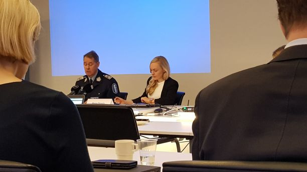 Sisäministeri Maria Ohisalo (oik.) ja poliisiylijohtaja Seppo Kolehmainen kertoivat poliisin uhkakuvista Helsingissä maanantaina.