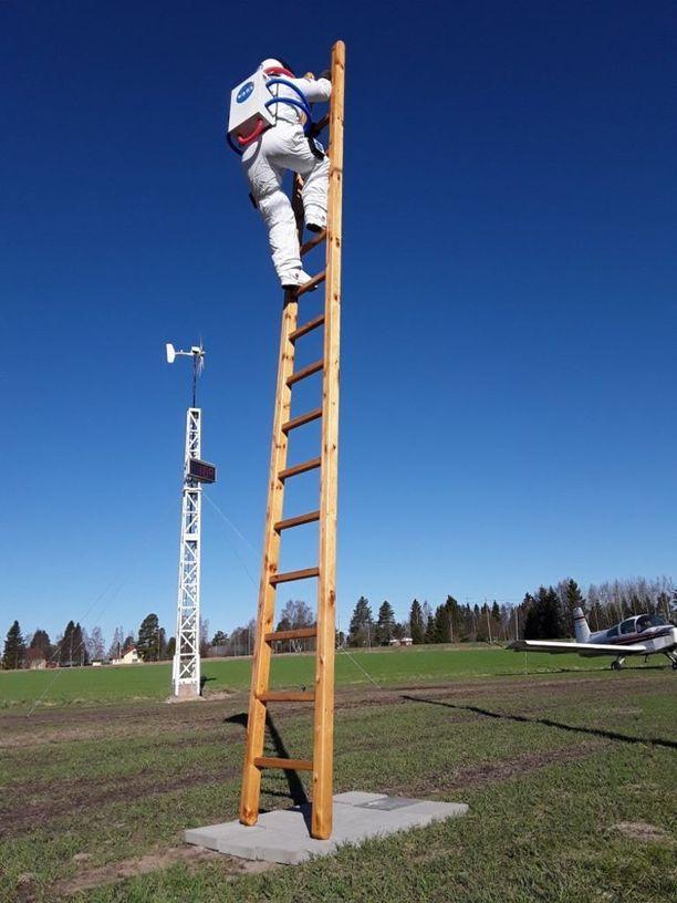 Crazylandista löytyy astronautti joka kipuaa taivaaseen.