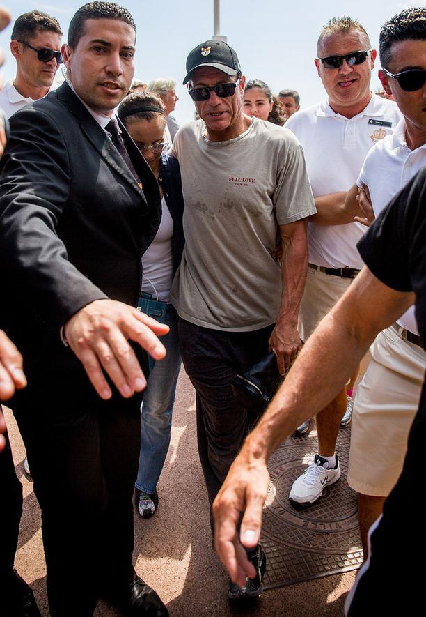 Turvamiehet pitävät huolen, ettei Jean-Claude Van Damme räjähdä lopullisesti.